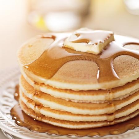 La comida del desayuno - pila de panqueques con jarabe y la mantequilla