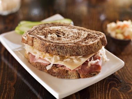 Reuben sandwich met koosjere augurk en koolsalade