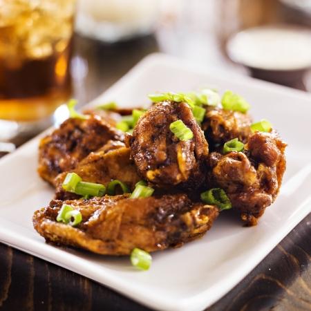 alitas de pollo: pila de alitas de pollo en un plato.