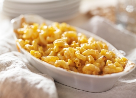 macarrones: plato de macarrones al horno y queso