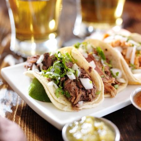 authentieke Mexicaanse barbacoa, carnitas en kip taco