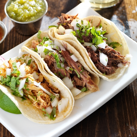 authentieke Mexicaanse barbacoa, carnitas en kip taco
