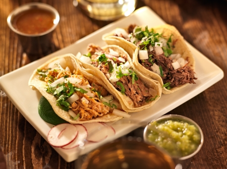 食べ物: 本格的なメキシコ barbacoa、carnitas とチキンのタコス 写真素材