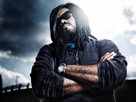 baile hip hop: Dram�tico retrato de hombre africano serio.