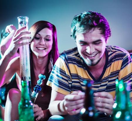 joven fumando: adolescentes en la fiesta de consumir drogas