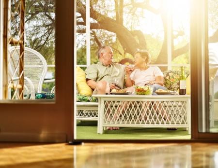 pareja hogar: dos personas mayores de cenar en el patio Foto de archivo