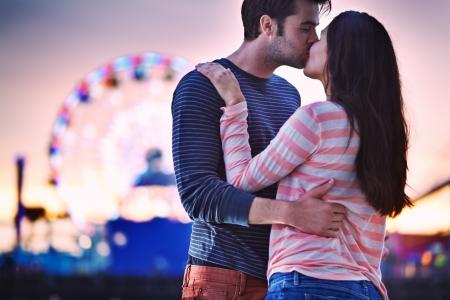 novios besandose: joven pareja bes�ndose cerca de Santa Monica Pier Foto de archivo