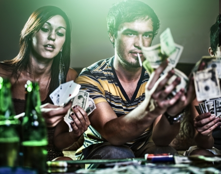ギャンブル、麻薬をやってのパーティーで十代の若者たち