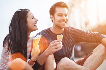 eating ice cream: romantica coppia di mangiare il gelato al parco Archivio Fotografico