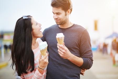 verliefd stel: romantisch koppel met ijs bij pretpark