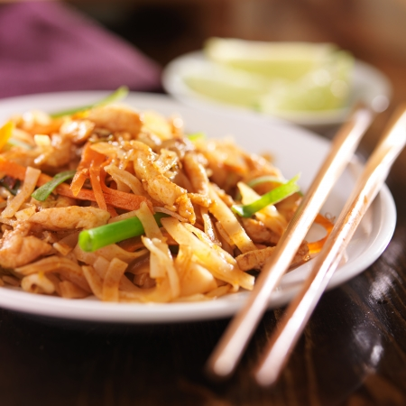 thai noodle: pad thai with chicken dish