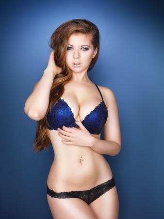 senos: Modelo sexy con pechos grandes y ojos azules Foto de archivo