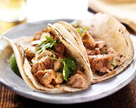本格的なメキシコのタコス鶏およびコエンドロの葉を持つ 写真素材