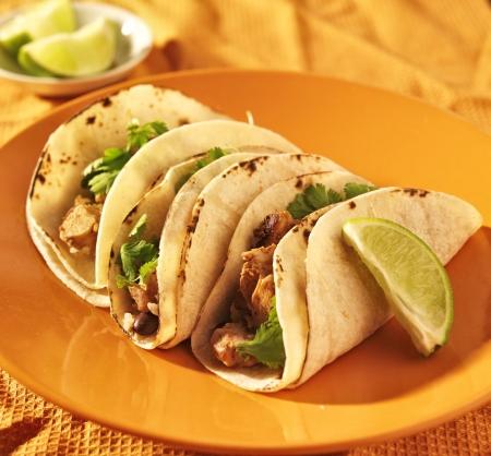 tacos de maíz suaves con pollo y cilantro