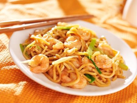 Chinese garnalen lo mein met stokjes