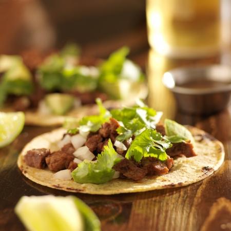 comida: tacos mexicanos con carne y tortilla de maíz Foto de archivo