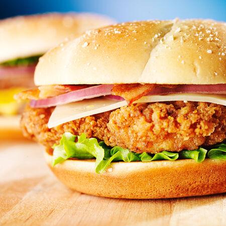 sandwich de pollo: sandwich de pollo crujiente con tocino de cerca Foto de archivo