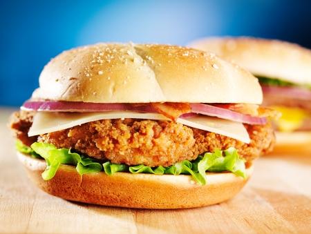 sandwich de pollo: sandwich de pollo crujiente con tocino Foto de archivo