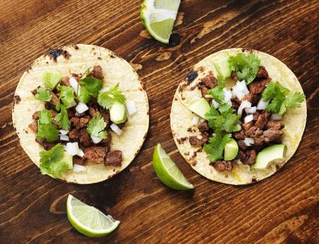 Draufsicht auf zwei authentische Straße Tacos Standard-Bild - 25398602