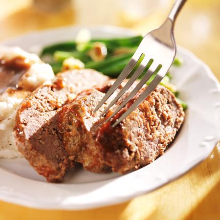 albondigas: comer una cena de pastel de carne con un tenedor Foto de archivo