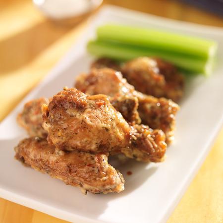 ピリッとした風味ニンニクのパルメザン チーズ鶏の羽
