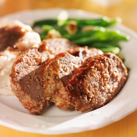 pastel de carne: cena de pastel de carne abundante con lados