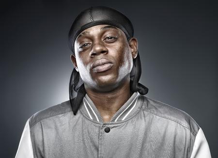 rapero africano en fondo gris con una iluminación audaz