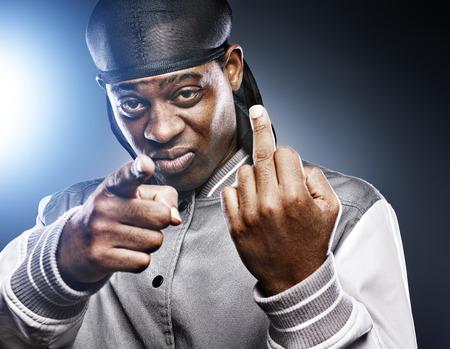 スタジオ撮影に中指を与えるアフリカの男
