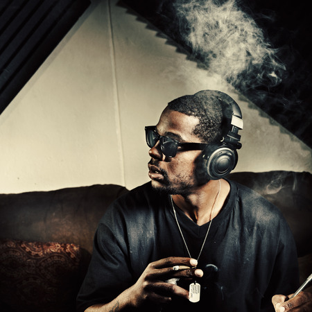 el hombre en el estudio de música de fumar de malezas