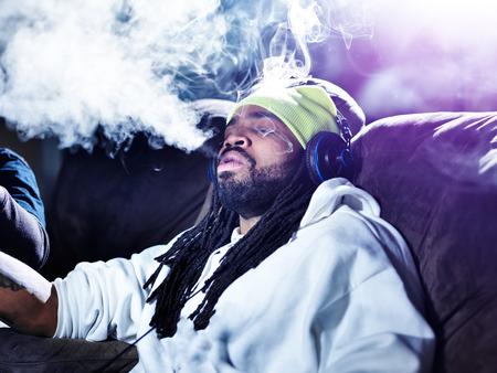 marihuana: exhalando una gran bocanada de humo de la marihuana