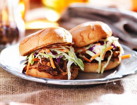 바베큐 소스와 양배추와 돼지 고기 샌드위치를 뽑아
