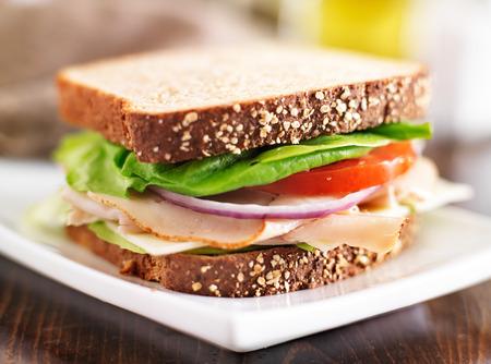 Deli vlees sandwich met Turkije, tomaat, ui en sla Stockfoto - 28201134