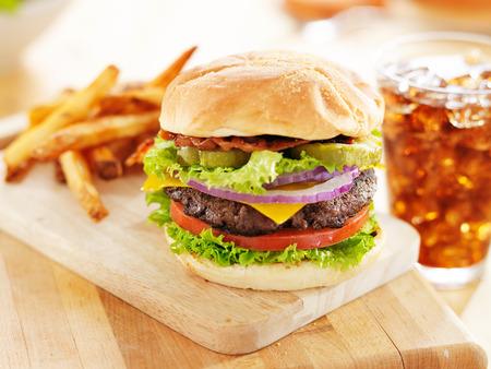 comida chatarra: hamburguesa de tocino con patatas fritas y refresco