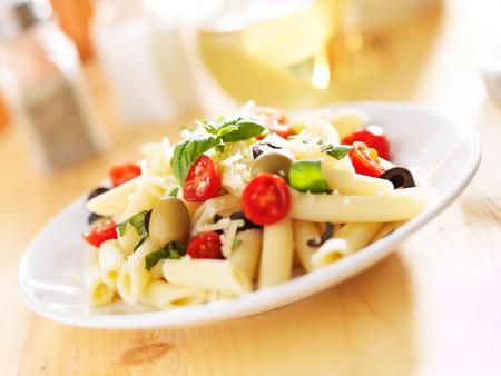 ペンネ パスタ サラダ、オリーブ、トマト、バジル