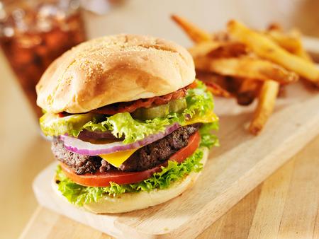 gourmet dinner: hamburguesa de tocino con lechuga y tomate Foto de archivo
