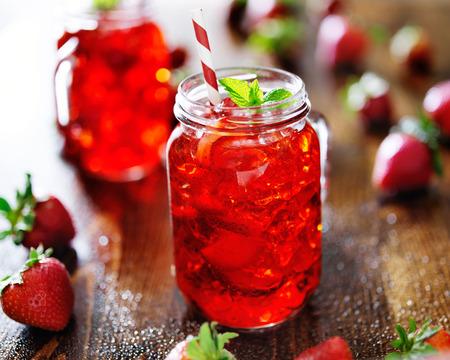 jar ファイルでカクテル鮮やかな赤いいちご 写真素材
