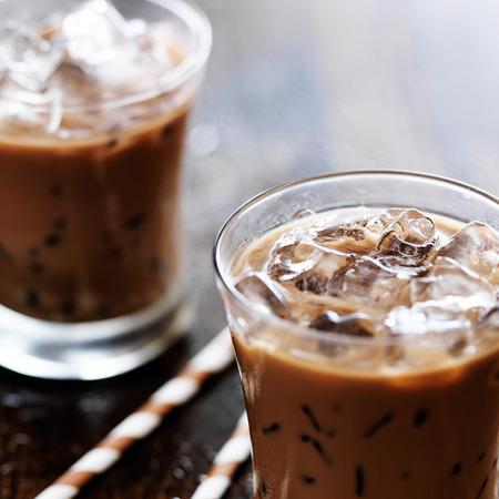 アイス コーヒーを 2 杯で撮影した選択的 foc 私たち