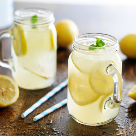 limonade in pot met ijs en munt Stockfoto