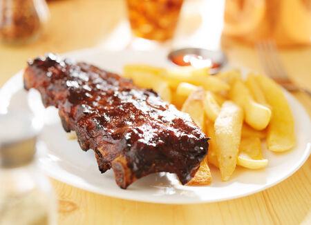 barbecue ribs: plato con costillas a la barbacoa y papas fritas