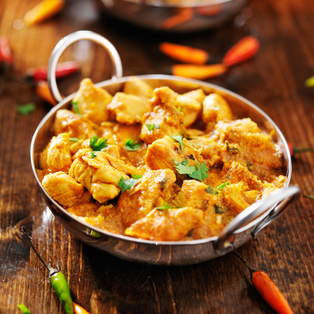 curry: pollo al curry indio en plato de Balti