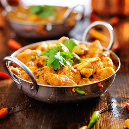 foodâ: pollo al curry indio en plato de Balti