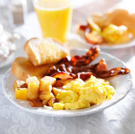 huevos estrellados: desayuno con tocino, huevos y patatas fritas caseras
