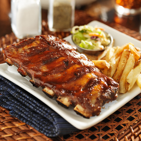 barbecue ribs: costillas a la barbacoa con ensalada de col y papas fritas