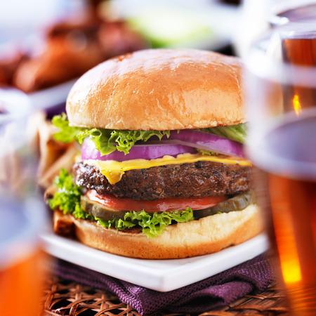 bier glazen: hamburger met bierglazen en kippenvleugeltjes Stockfoto