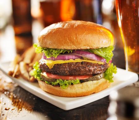 comida gourmet: hamburguesa con papas fritas y cerveza