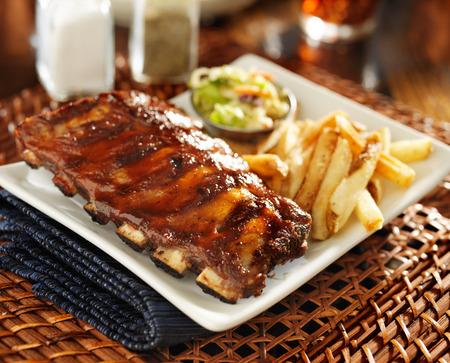 rib: costillas a la barbacoa con ensalada de col y papas fritas