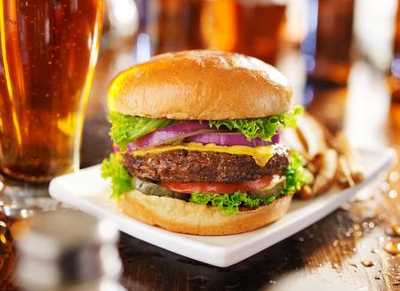 ハンバーガーとフライド ポテトとパノラマ スタイルで撮影ビール