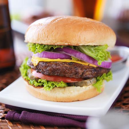 hamburguesa con papas fritas y cerveza