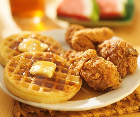 pollo frito: pollo frito y gofres con la sandía y té dulce