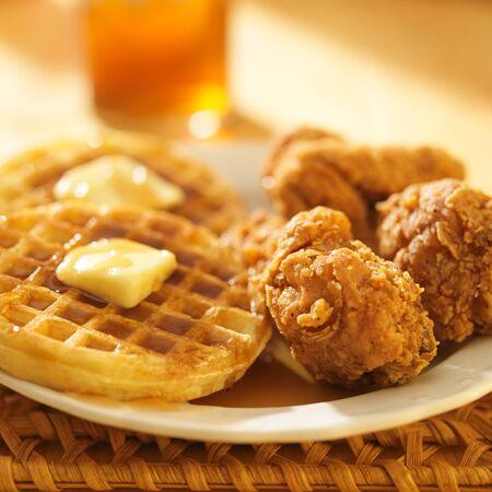 waffles: pollo y gofres con té dulce en el fondo
